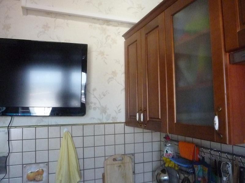 Дизайн кухни в хрущевке. Расположение телевизора