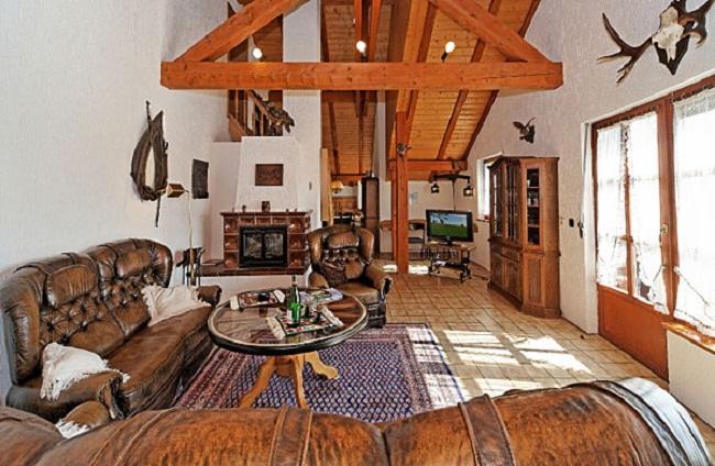 Дизайн квартиры студии с рогами на стене